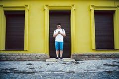 Manställning på yttersida och att prata Fotografering för Bildbyråer