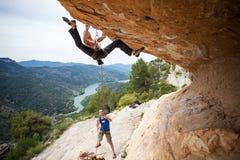 Manstart som klättrar den utmanande rutten Arkivbilder
