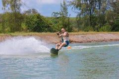 Manstudie som wakeboarding på en blå sjö Royaltyfria Foton