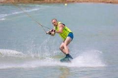 Manstudie som wakeboarding på en blå sjö Royaltyfria Bilder