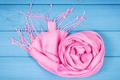 Mantón de lana para la mujer en tableros, la ropa para el otoño o el invierno Imágenes de archivo libres de regalías