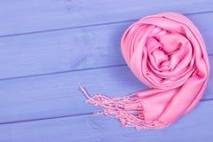 Mantón de lana para la mujer, la ropa para el otoño o el invierno, espacio de la copia para el texto en tableros Imagenes de archivo