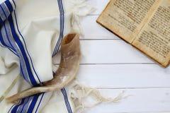 Mantón de rezo - símbolo religioso judío de Tallit y del Shofar (cuerno) Imágenes de archivo libres de regalías