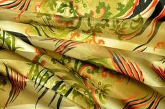 Mantón del satén del cuello: adornos florales y rayas negro-y-rojas Imagen de archivo libre de regalías