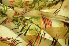Mantón del satén del cuello: adornos florales y rayas negro-y-rojas Foto de archivo