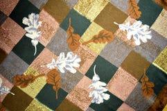 Mantón del satén del cuello: hojas del roble en un fondo a cuadros Imagen de archivo libre de regalías
