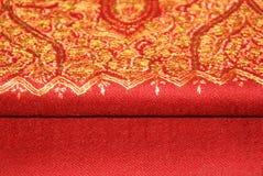 Mantón rojo del pashmina con bordado Imagen de archivo libre de regalías