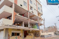 MANTA, ЭКВАДОР 11-ОЕ МАЯ 2017: Строя частично разрушенное во время сильного землетрясения измеряя 7 8 на шкале Рихтераа Стоковые Изображения RF