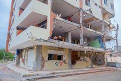 MANTA, ЭКВАДОР 11-ОЕ МАЯ 2017: Строя частично разрушенное во время сильного землетрясения измеряя 7 8 на шкале Рихтераа Стоковые Фото