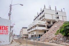 MANTA, ЭКВАДОР 11-ОЕ МАЯ 2017: Строя частично разрушенное рядом с совершенно разрушенным зданием во время сильной Стоковое Изображение RF