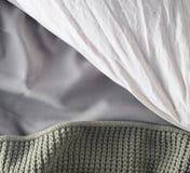 Manta, almohada, hoja, cama, visión superior imagen de archivo