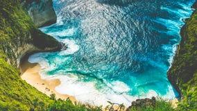 Manta-Bucht oder Kelingking-Strand mit enormen Wellen auf Strand auf Insel Nusa Penida, Bali, Indonesien stockfotografie