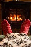 Manta caliente al lado de la chimenea fotografía de archivo libre de regalías