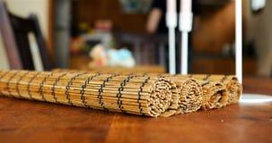 Manta de bambú torcida en la mesa de comedor foreground almacen de video