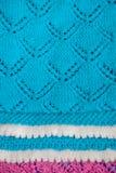 Manta del bebé azul con una frontera blanca, tejida a mano fotos de archivo