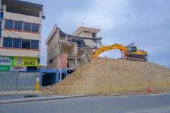 MANTA, ECUADOR 11 MAGGIO 2017: Un escavatore meccanico che rimuove i resti delle costruzioni distrutte entro il 16 aprile 2016 du Fotografie Stock Libere da Diritti