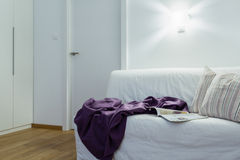 Manta en el sofá Imagen de archivo libre de regalías