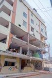 MANTA, EQUADOR 11 DE MAIO DE 2017: Parcial de construção destruído durante um terremoto forte que mede 7 8 na escala de Richter Foto de Stock Royalty Free