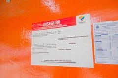 MANTA, EQUATEUR 11 MAI 2017 : Le signe instructif au sujet des fondations, rouge est pour l'entrée et la profession interdites de Image libre de droits
