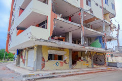 MANTA, EQUATEUR 11 MAI 2017 : Partiel de construction détruit pendant un tremblement de terre fort mesurant 7 8 sur l'échelle de  Photographie stock