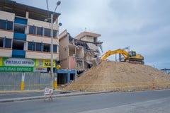 MANTA, EQUATEUR 11 MAI 2017 : Une pelle à puissance enlevant les restes de bâtiments détruits par le 16 avril 2016 pendant Photographie stock