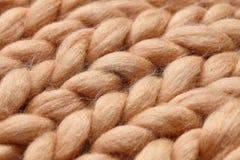 Manta grande hecha punto hecha a mano de la lana merina, hilado macizo estupendo, concepto de moda Primer de la manta hecha punto imagenes de archivo