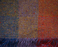 Manta irlandesa tejida púrpura amarilla azul anaranjada Imagenes de archivo