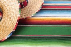 Manta mexicana con dos sombreros Imágenes de archivo libres de regalías