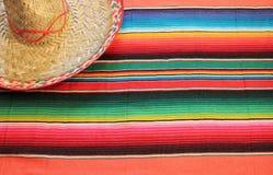 Manta mexicana del poncho de la fiesta en colores brillantes con el sombrero imagenes de archivo