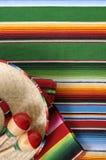 Manta mexicana del serape con el sombrero Fotografía de archivo libre de regalías