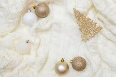 Manta morna branca com os brinquedos de uma árvore de Natal Copie o espaço cartão de cumprimentos, modelo do cartão Configuração  fotos de stock