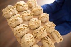 Manta na desce w rękach kucharz Fotografia Royalty Free