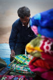 Manta o vendedor local de la ropa en la India imagen de archivo