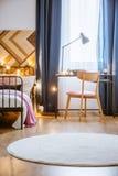 Manta redonda blanca en dormitorio Imagen de archivo