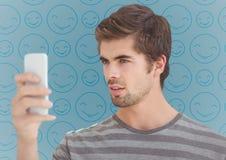 Manta z telefonem przeciw błękitnemu emoji wzorowi ilustracji