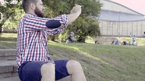 Mantagande panorerar skottet av smartphonen som sitter på trappa stock video
