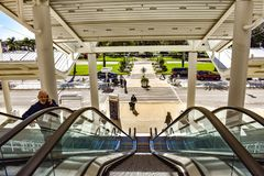 Mantaganderulltrappa i huvudsaklig ingång av Orlando Convention Center på internationellt drevområde arkivfoton