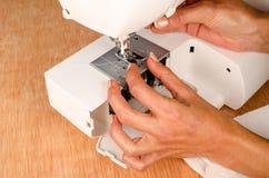 Mantainance van een naaimachine Stock Afbeelding