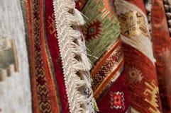 Mantas de la alfombra en bazar Imagenes de archivo