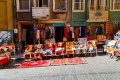 Mantas y alfombras turcas viejas en venta, tienda del vintage en el distrito de Cukur Cuma Caddesi, Estambul foto de archivo libre de regalías