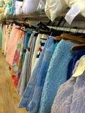 Mantas y almohadas de la ejecución en tienda Fotos de archivo