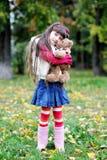 Manteau de fourrure s'usant mignon de petite fille dans la forêt d'automne Image stock