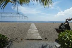 Manteau de paume de plage de Kuta, lieu de villégiature luxueux avec la piscine et lits pliants Bali, Indonésie Images libres de droits