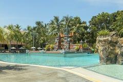 Manteau de paume de plage de Kuta, lieu de villégiature luxueux avec la piscine Bali, Indonésie Image stock
