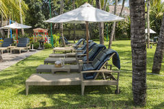 Manteau de paume de plage de Kuta, lieu de villégiature luxueux avec la piscine Bali, Indonésie Photos libres de droits