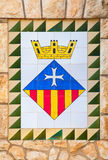 Manteau de ville de Calafell des bras sur le vieux mur en pierre Photos stock