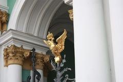 manteau des bras avec l'aigle à deux têtes et la couronne sur la porte à Pétersbourg photos libres de droits