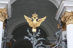 manteau des bras avec l'aigle ? deux t?tes et la couronne sur la porte ? P?tersbourg photos libres de droits