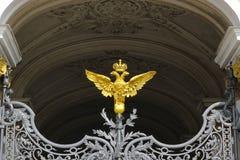 Manteau des bras doré de l'empire russe à la porte du elle photographie stock libre de droits