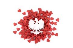 Manteau des bras polonais sur beaucoup de coeurs rouges photos libres de droits